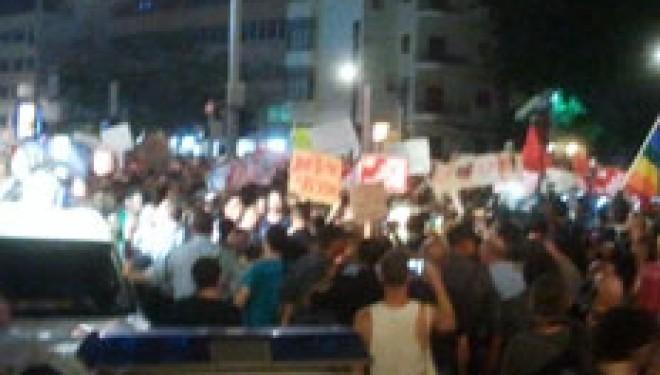 Manifestation violente à Tel-Aviv: les manifestants fracassent les vitrines des banques israéliennes