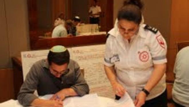 50 jeunes juifs américains organisent une collecte de dons de sang à l'occasion de leurs Bar Mitzva et Bat Mitzva
