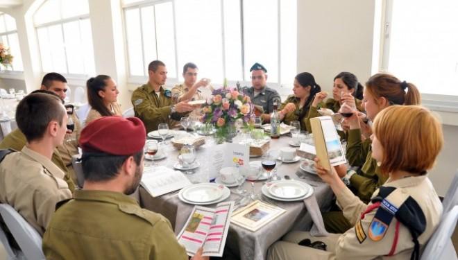 Pessah ensemble : le chef d'état-major et les soldats seuls de Tsahal