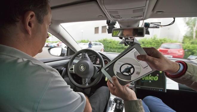 «J'ai conduit la voiture avec une tablette à écran tactile»