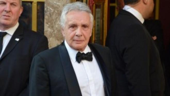Michel Sardou «xénophobe»: le chanteur porte plainte !