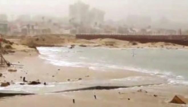 La tempete souffle fort et la mer inonde les plages d'Ashdod