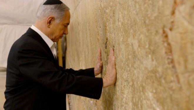 Recueillement de Netanyahou au mur occidental avant son départ pour les USA