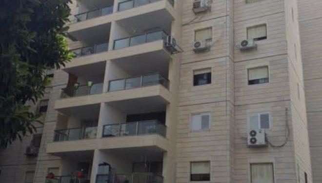 Blessé par une pergola, un habitant d'Ashdod réclame 1.5 millions de NIS de dommages et intérêts à sa voisine et à la société