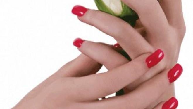 Des manucures pailletées pour les fêtes avec »signature Nails» a Ashdod