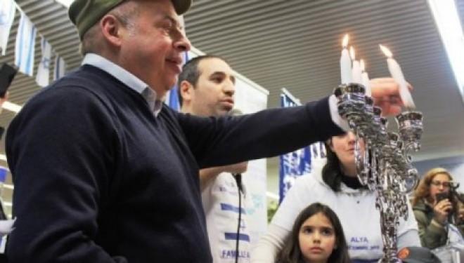 Des dizaines d' immigrants juifs de France allument les bougies de Hanoucca a leur arrivée en Israël