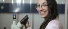 Qui est l'étudiante de 17 ans qui a remporté un prix international de physique et aéronautique ?