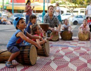 Aujourd'hui spectacles de rue pour le plus grand plaisir des petits et des grands ezor Vav et Alef