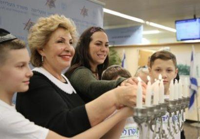 Des nouveaux immigrants ont célèbré Hanukkah à l'aéroport Ben Gourion cette semaine