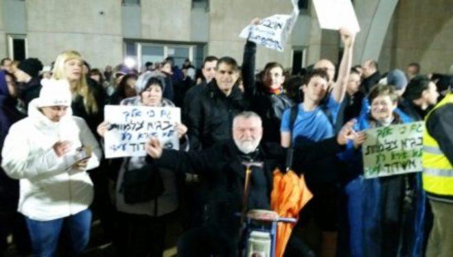 Malgré la pluie et le froid, un 3eme motsé shabbat de manifestation contre la fermeture des commerces le shabbat