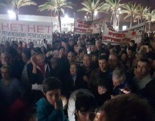 Grosse manifestation ce soir devant la mairie en protestation a la coercition religieuse.